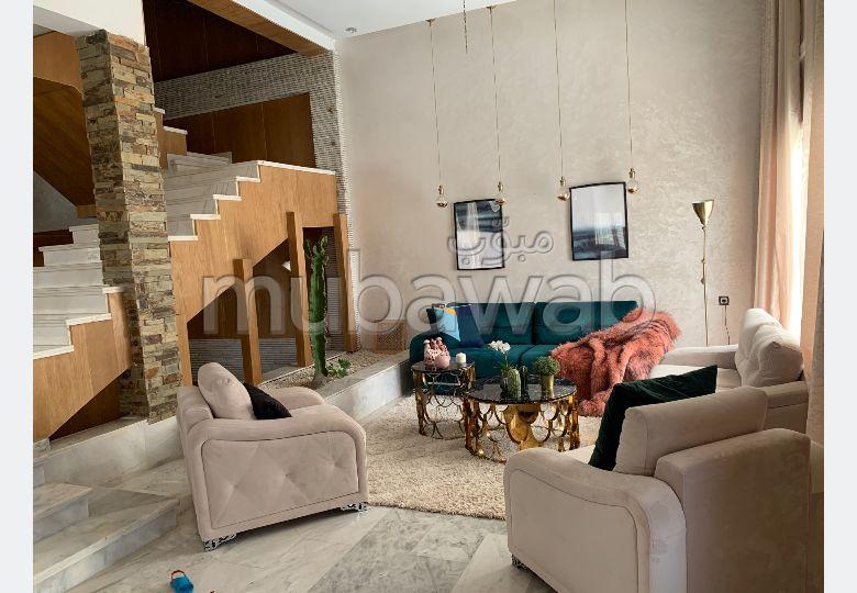منزل فخم للبيع بالقنيطرة. 5 قطع مريحة. صالة مغربية تقليدية وباب متين