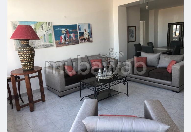 Rent this apartment in Médina. Total area 121.0 m². Traditional living room and satellite dish system.