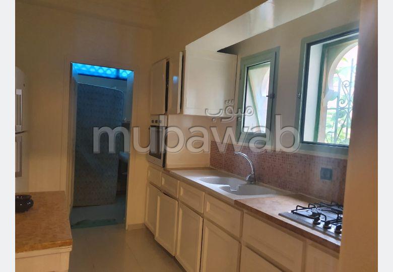 شقة للإيجار بمراكش. المساحة الإجمالية 211.0 م². مفروشة.