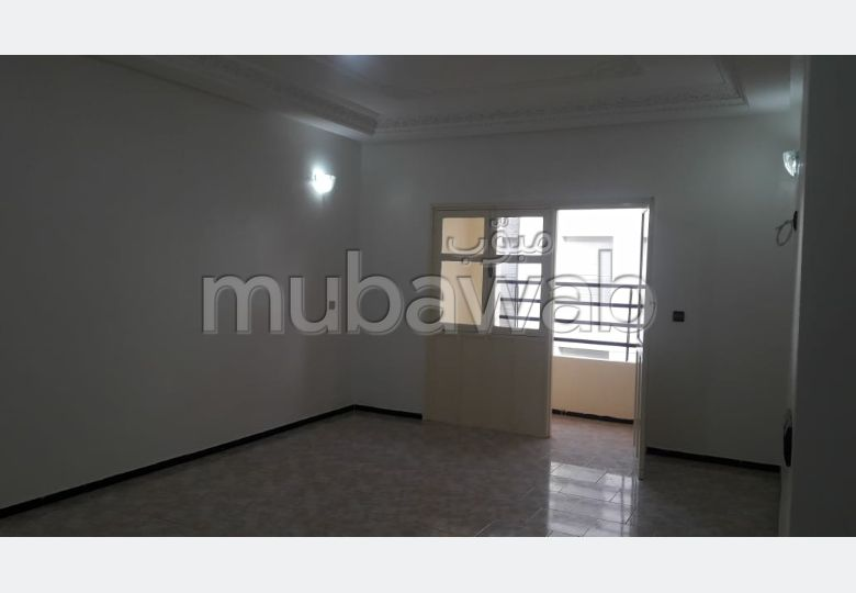 بيع شقة بالقنيطرة. 5 قطع كبيرة. مكان وقوف السيارات وشرفة.
