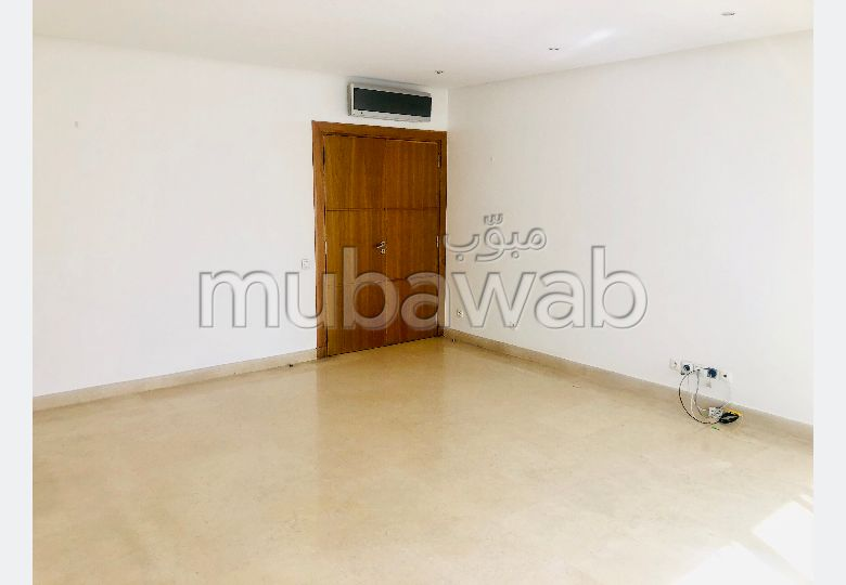 Flat for rent in Racine. Large area 125.0 m². Double glazing and central heating.