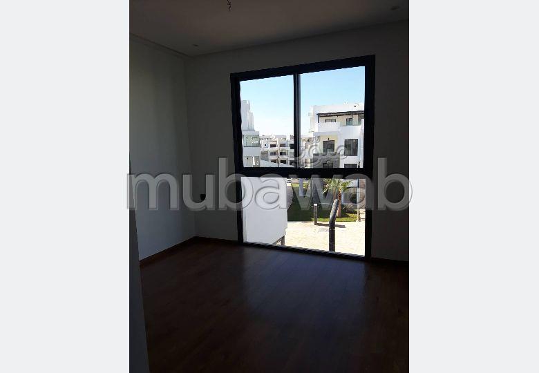 Louez cet appartement à Agadir. 3 pièces confortables. Jardin et ascenseur