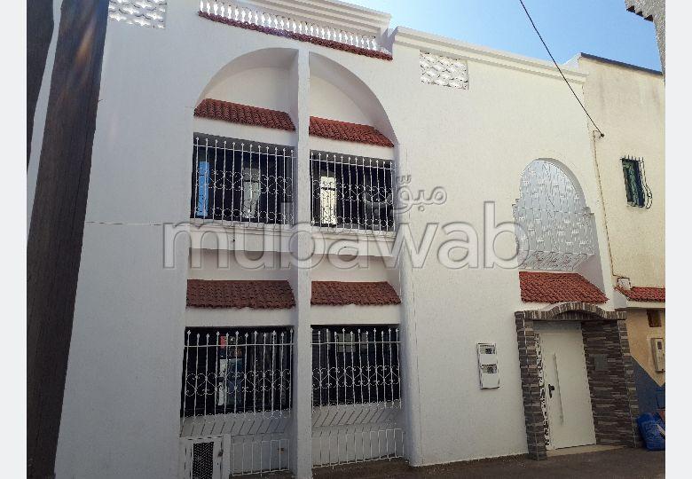 منزل رائع للبيع بالقنيطرة. المساحة 125 م². صالة مغربية تقليدية وباب متين.