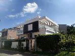 Maison de haut standing à vendre à Kénitra. 5 chambres agréables. Places de parking et terrasse