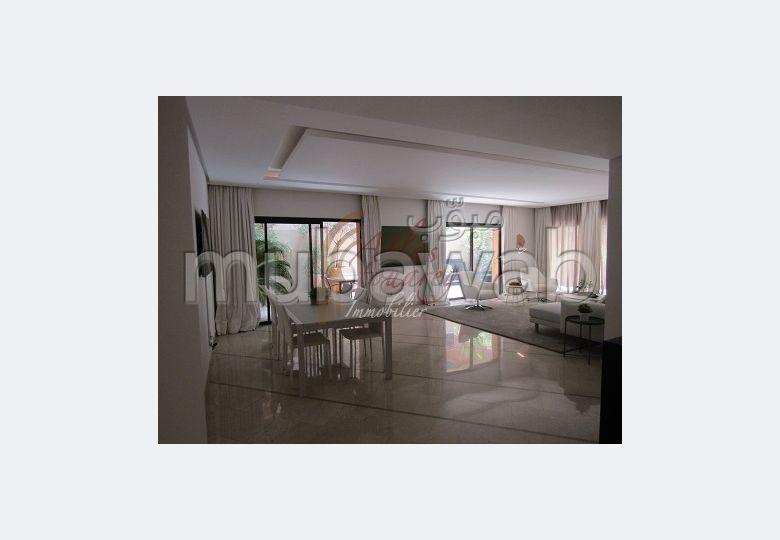 شقة للبيع بكليز. 3 غرف. شرفة ومصعد.