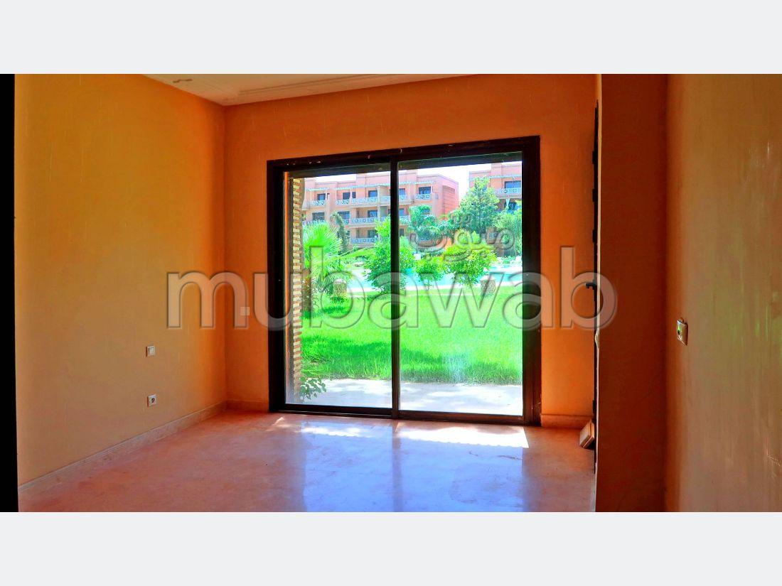شقة جميلة للبيع بمراكش. 2 غرف جميلة. حديقة ومصعد.