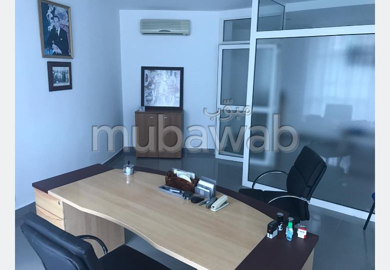 Offices for rent. Area of 60.0 m². Garage.