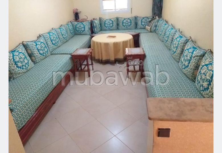 شقة رائعة للبيع بالقنيطرة. 3 غرف جميلة. باب متين ، صالة مغربية تقليدية.