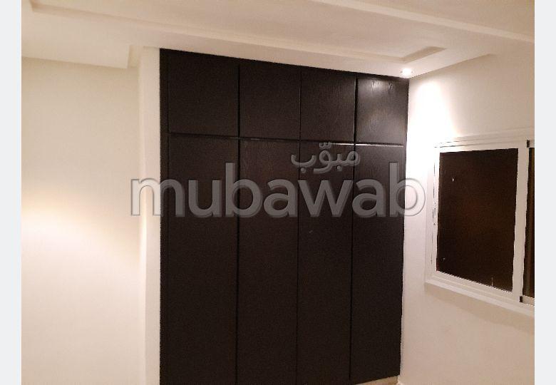 شقة للشراء بالقنيطرة. المساحة الإجمالية 94 م². شرفة جميلة وحديقة