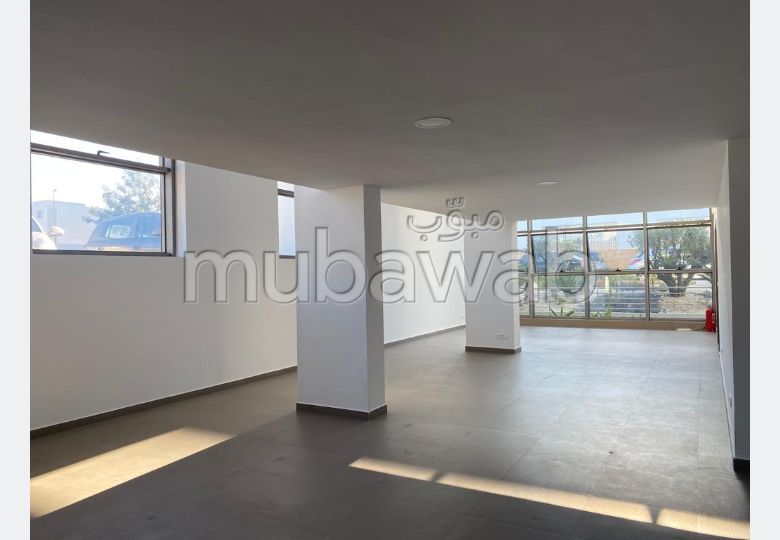Offices for rent. Dimension 170.0 m². Glass wall.