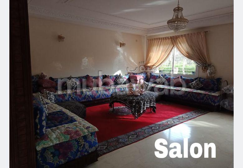 شقة للشراء بفاس. 4 غرف. صالون بديكورات مغربية.