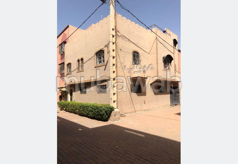 Superbe maison à vendre à Marrakech. 5 chambres agréables. Porte sécurisée et chauffage central.