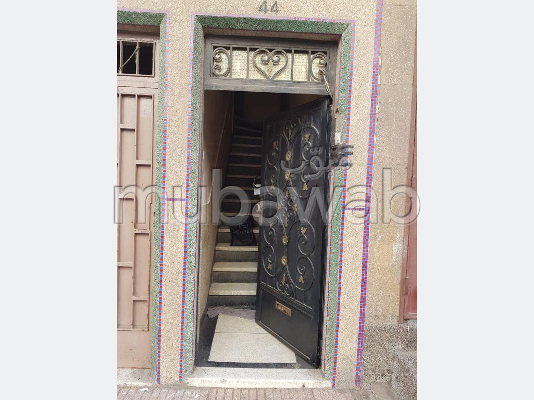 Maison à l'achat à Mers Sultan. Titrée. 2 façades avec un hall.