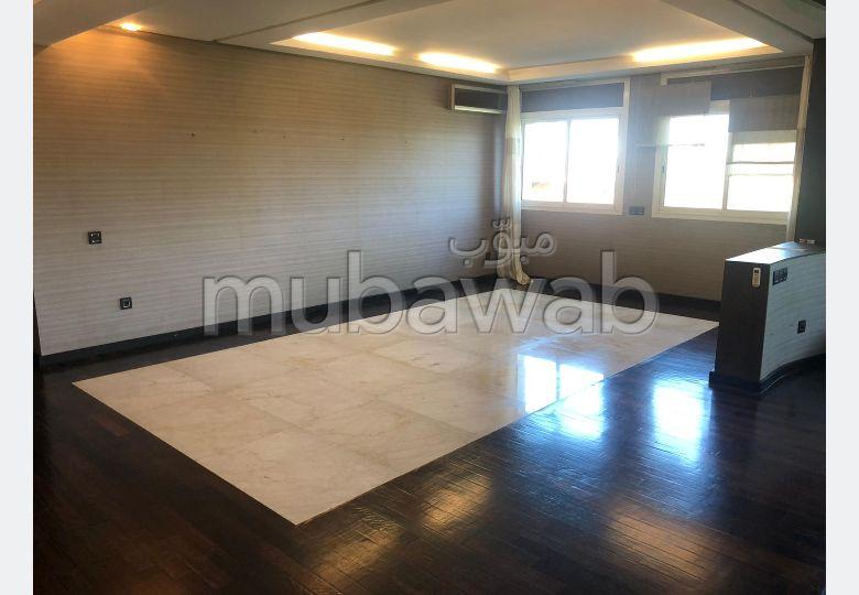 Bonito piso en alquiler. 2 Habitación pequeña. Residencia con conserje, aire condicionado general.