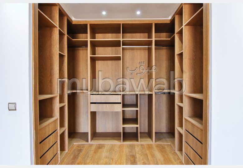 شقة جميلة للبيع بالدارالبيضاء. 2 غرف جميلة. شرفة ومصعد.