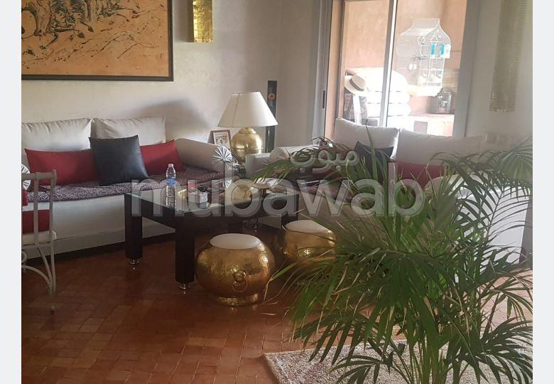 شقة للبيع بمراكش. المساحة الإجمالية 128.0 م². شرفة جميلة وحديقة.
