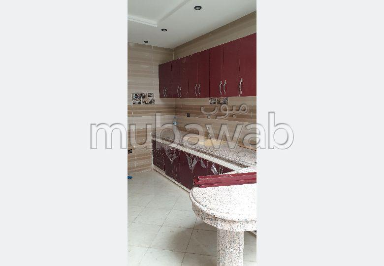 شقة رائعة للبيع بالقنيطرة. المساحة الإجمالية 82.0 م². مطبخ مجهز.