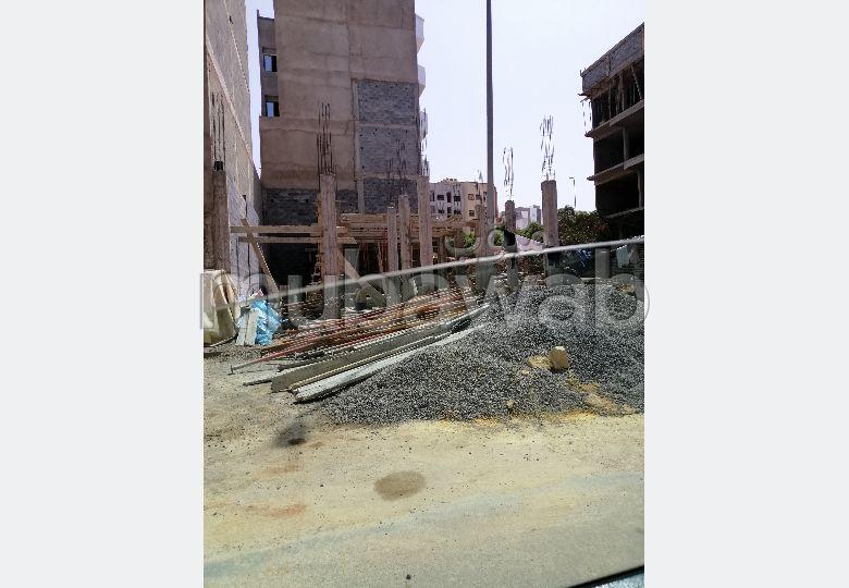 بقعة للبيع تجارية من فئة جوج طوابق ومكزة وفيها أشغال البناء