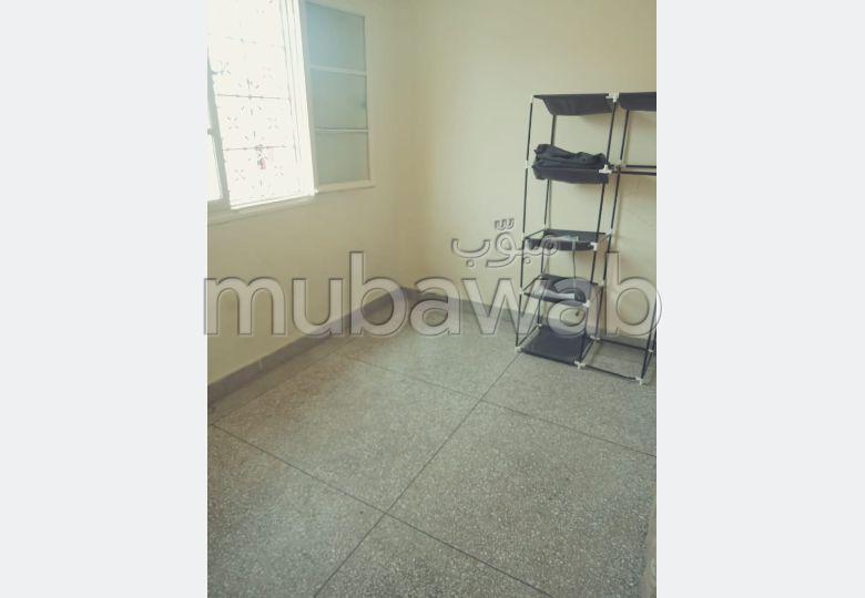 Alquila este piso. 2 Dormitorios. Balcón.