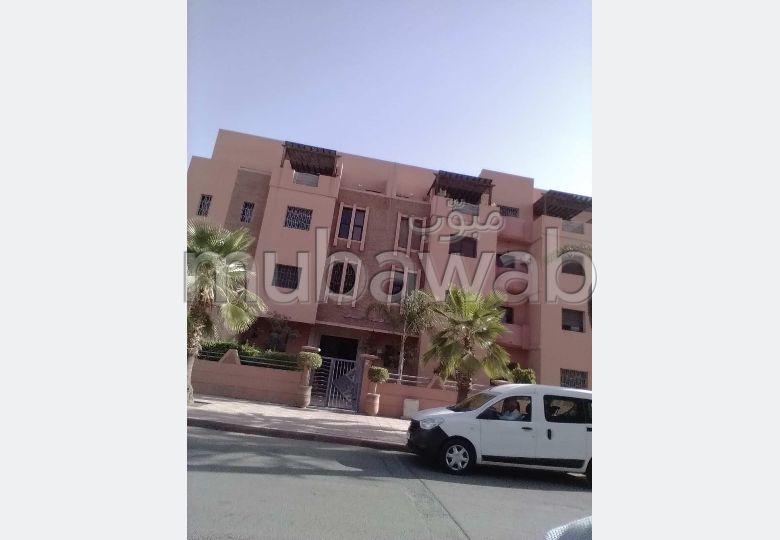 Se alquila este piso. Dimensión 110 m². Salón marroquí tradicional, residencia segura.