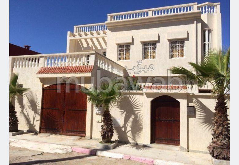 منزل فخم للبيع بمولاي بوسلهام. 2 غرف. موقف السيارات وشرفة.