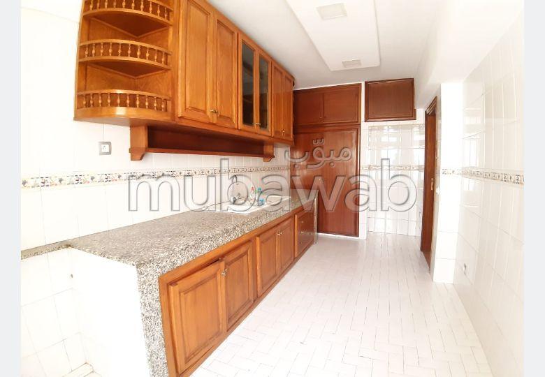 شقة رائعة للبيع بالدارالبيضاء. 3 غرف رائعة. صالة مغربية وصحن فضائي.
