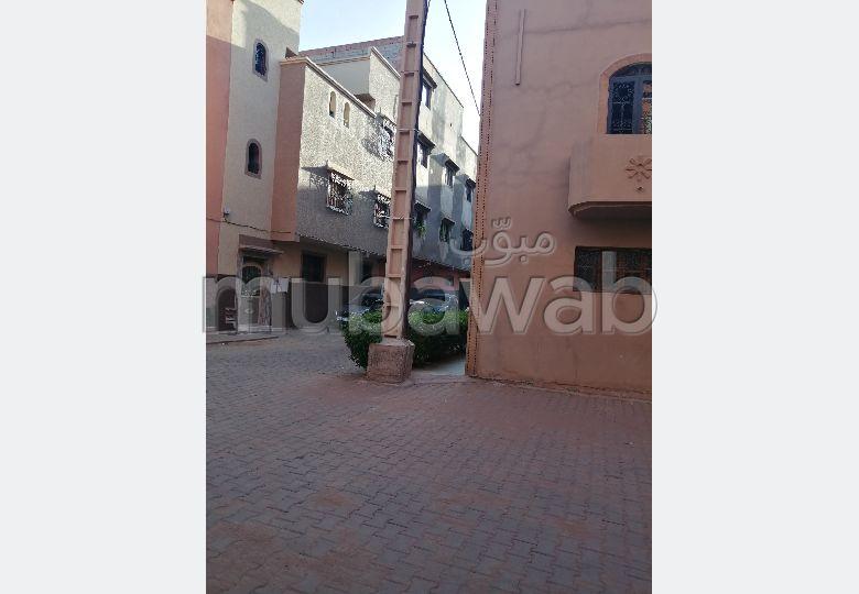 Casa en venta. 8 Dormitorios. Plazas de parking y terraza.