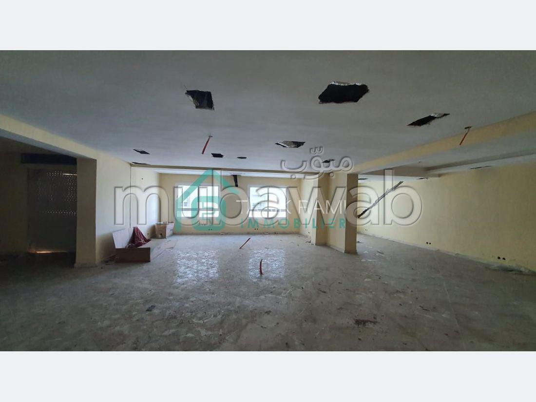 Oficinas en alquiler. Pequeña superficie 140 m². Terraza.