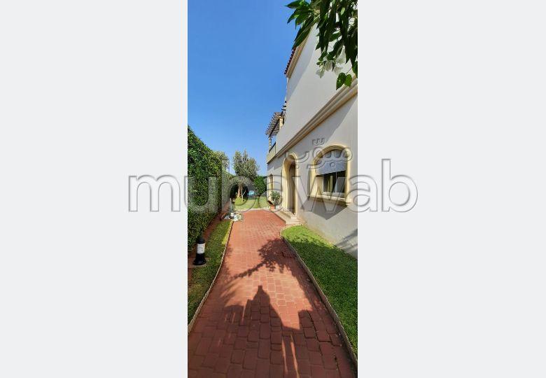 منزل ممتاز للبيع بالدارالبيضاء. المساحة 378.0 م². المدفأة وحارس الإقامة.