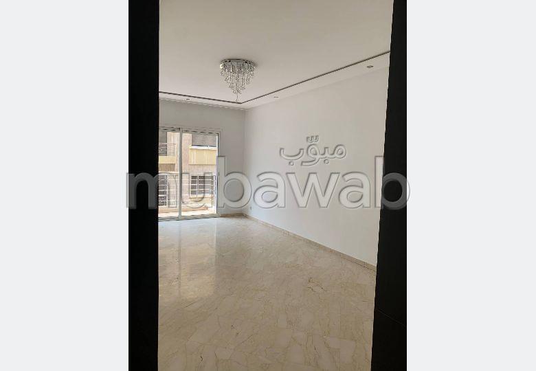 شقة للبيع بالدارالبيضاء. 3 قطع مريحة. مصعد وشرفة.