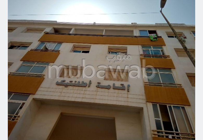 شقة رائعة للبيع بالرباط. المساحة الإجمالية 93.0 م². صالون مغربي، و خدمة الأمن والحراسة.