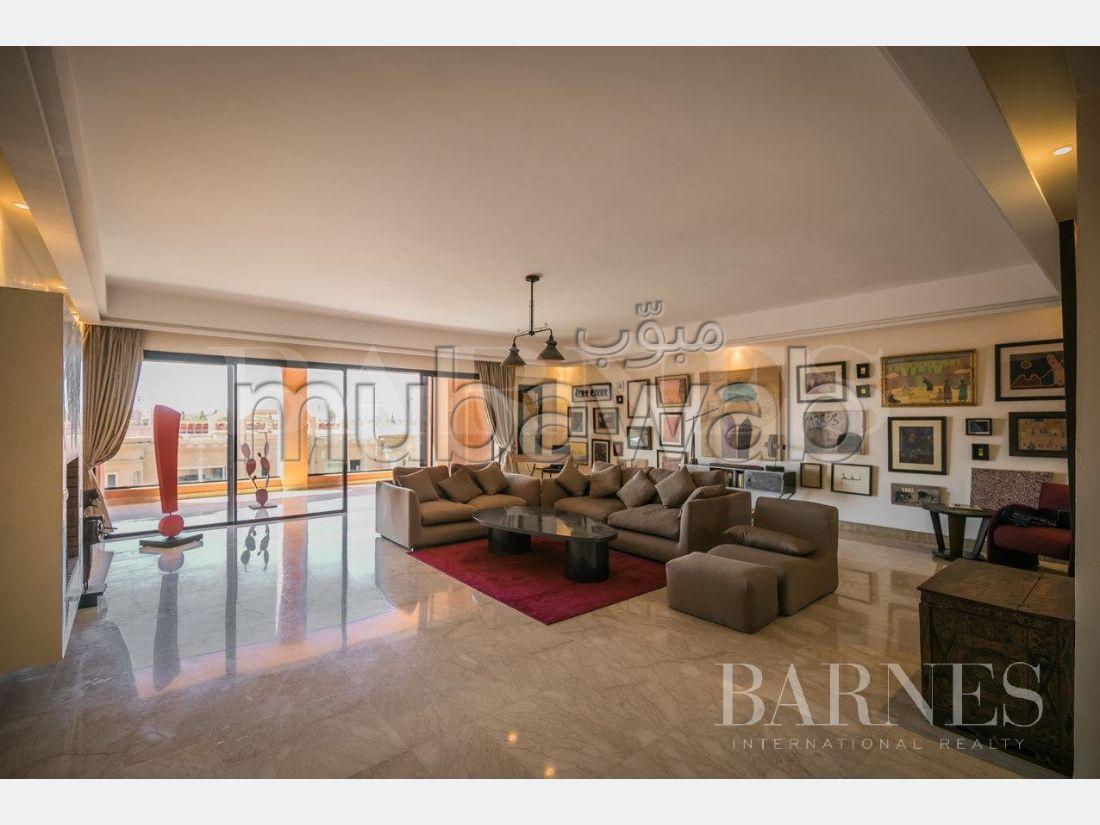 Bonito piso en venta. Area 190.0 m². Bien decorado.
