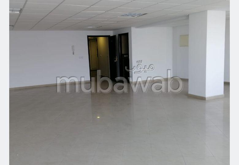 Oficinas en alquiler. Área total 71 m². Puerta pesada, residencia con seguridad.
