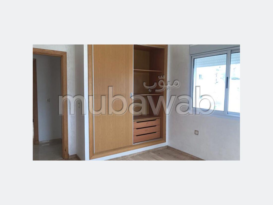 شقة رائعة للايجار بطنجة. المساحة الإجمالية 200.0 م². المدفأة وخدمة حارس الإقامة.