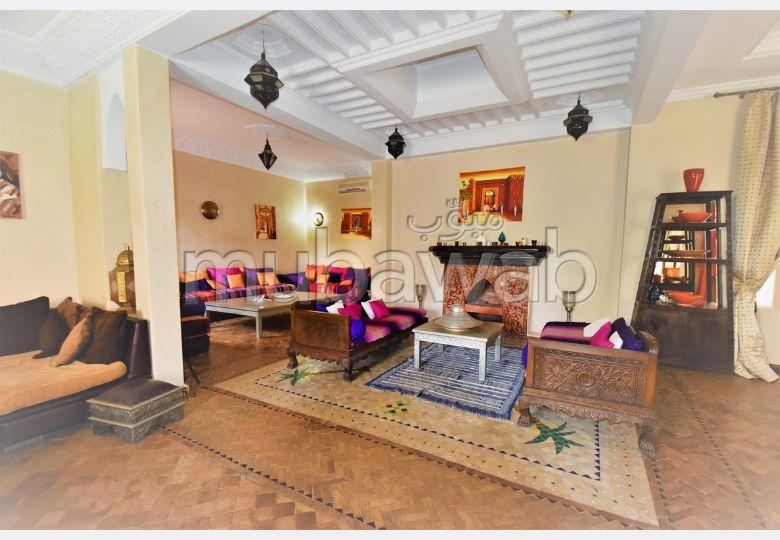 منزل ممتاز للبيع بمراكش. 4 غرف ممتازة. صالون مغربي، و خدمة الأمن والحراسة.