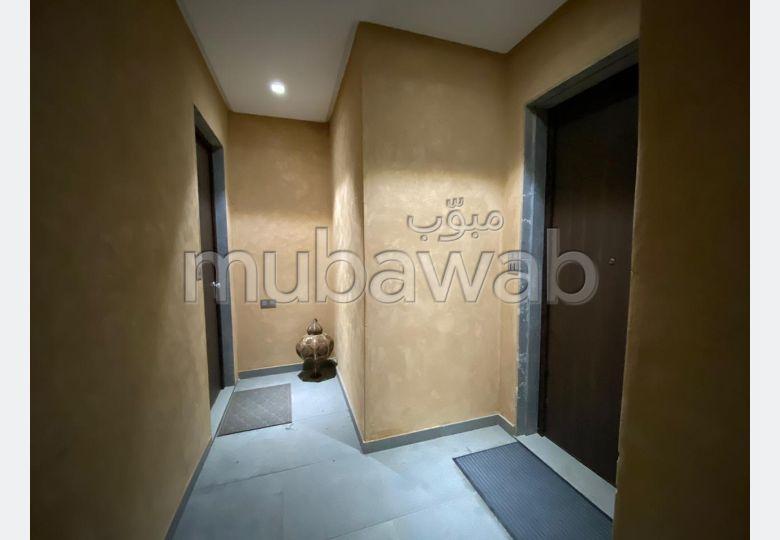 شقة للبيع بمراكش. 2 غرف جميلة. باب متين وصحن هوائي.