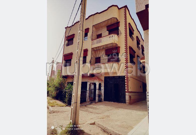 Très belle maison en vente à Casablanca. 3 belles chambres. Places de stationnement et terrasse