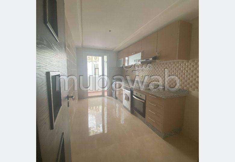 Piso en venta. 4 habitaciones grandes. Conserje disponible, aire condicionado general.