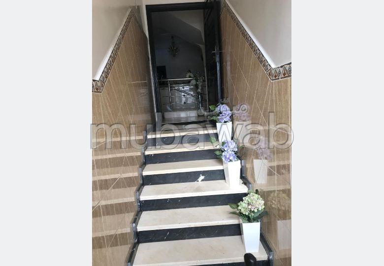 شقة جميلة للبيع بالدارالبيضاء. المساحة الإجمالية 240.0 م². صالة مغربية وصحن فضائي.