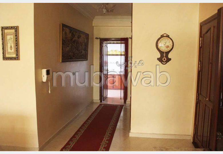 شقة رائعة للبيع بفاس. 3 غرف ممتازة. موقف السيارات وشرفة.