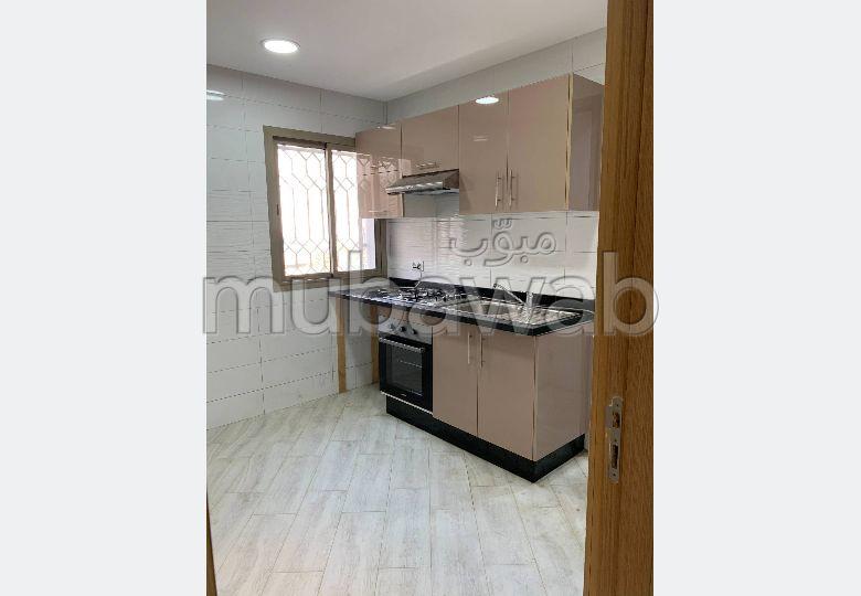 شقة رائعة للبيع بطنجة. المساحة الإجمالية 83.0 م². بواب ومكيف الهواء.