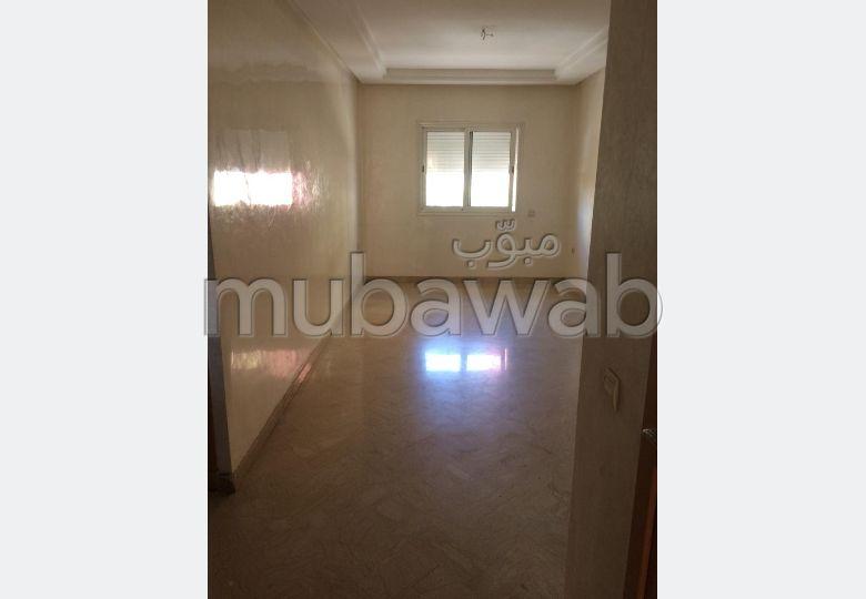 Appartement en location à Les Hôpitaux. Superficie 80.0 m². Ascenseur et terrasse