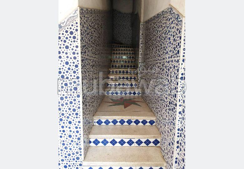 Casa en venta. Dimensión 100.0 m². Sistema parabólico y salón de estilo marroquí.