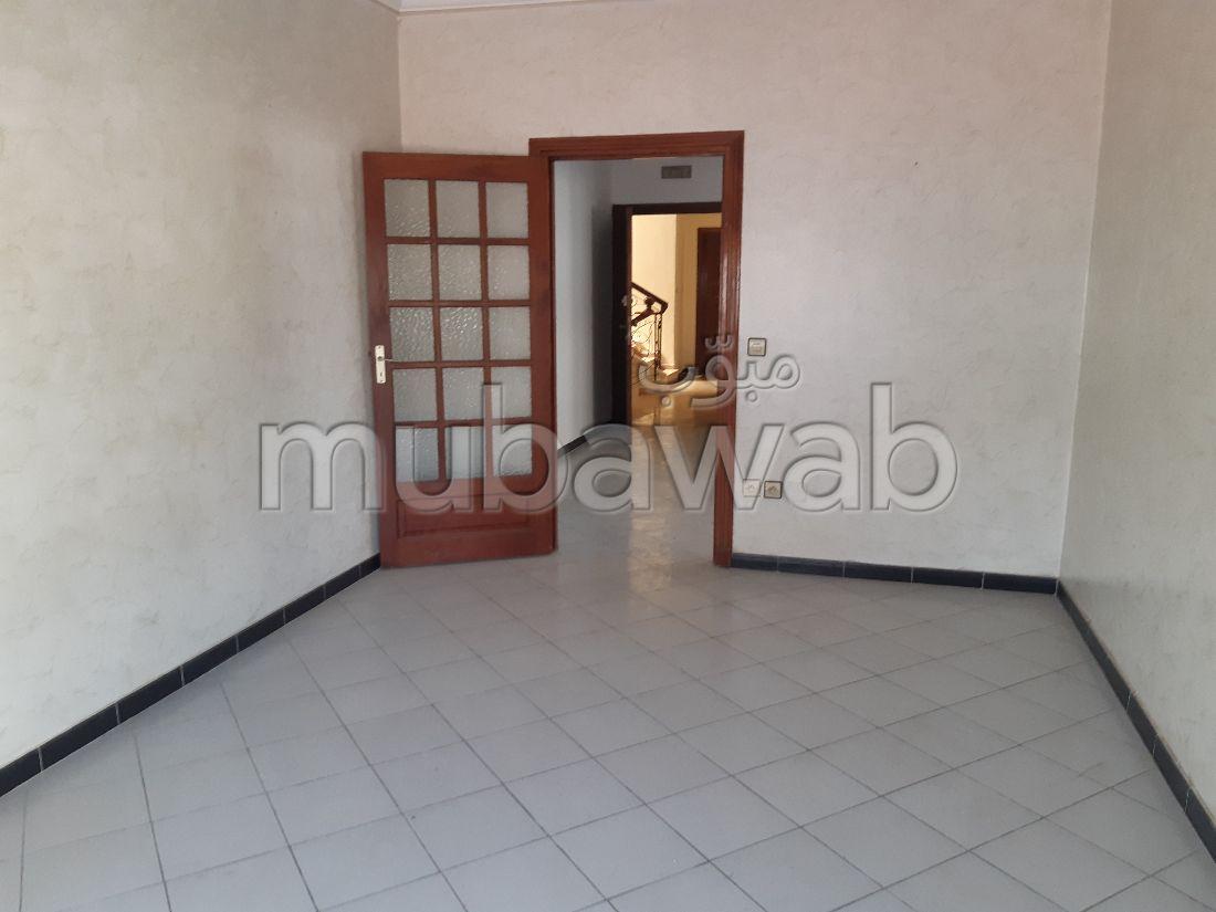 شقة رائعة للإيجار ب ايبرية. 7 قطع كبيرة. مكان وقوف السيارات وشرفة.