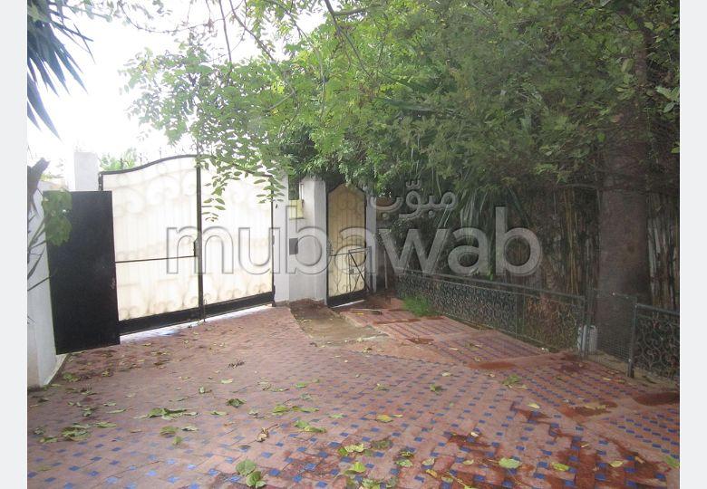فيلا رائعة للبيع بالدارالبيضاء. 4 غرف رائعة. شرفة جميلة وحديقة.
