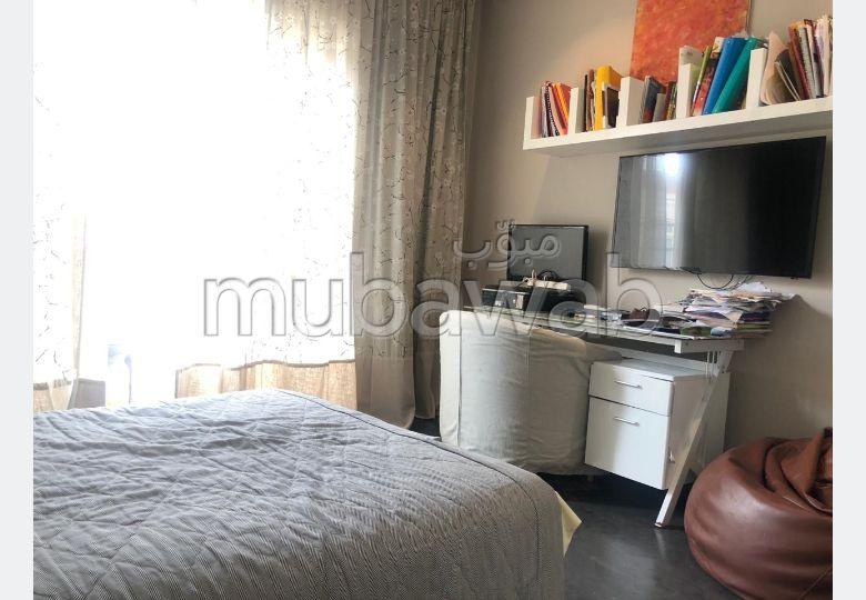 شقة رائعة للبيع بالدارالبيضاء. 4 غرف. مكان وقوف السيارات وشرفة.