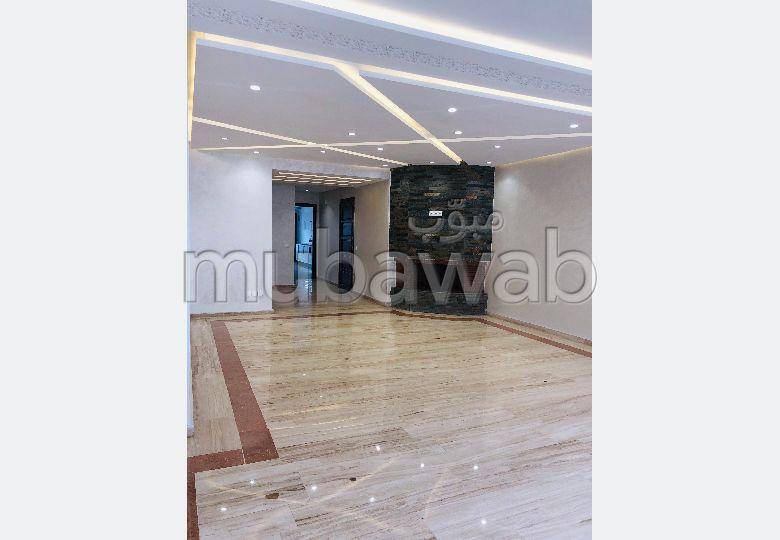 Magnífico piso en alquiler en Palmier. 4 Gabinete. Servicio de conserjería y aire condicionado.