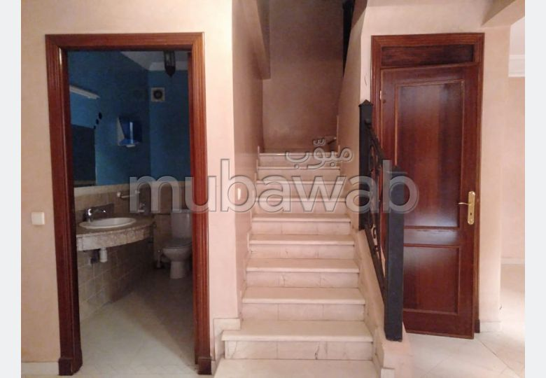Great apartment for rent. Dimension 140 m². Living room with Moroccan decor.