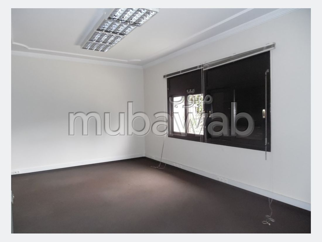 Offices for rent. Area 700.0 m². Green areas, Parking spaces for cars.