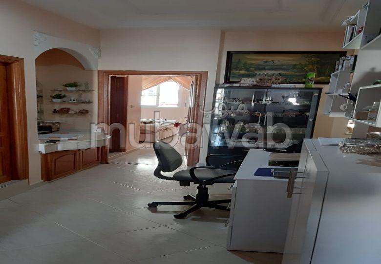 شقة جميلة للبيع بفاس. 6 قطع مريحة. تتوفر الإقامة على خدمة الكونسياج ونظام تكييف الهواء.